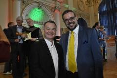 Dr Dariusz Pitor Klimczak z tenorem Alexandrem Pinderakiem na scenie Strego Domu Zdrojowego w Krynicy Zdroju